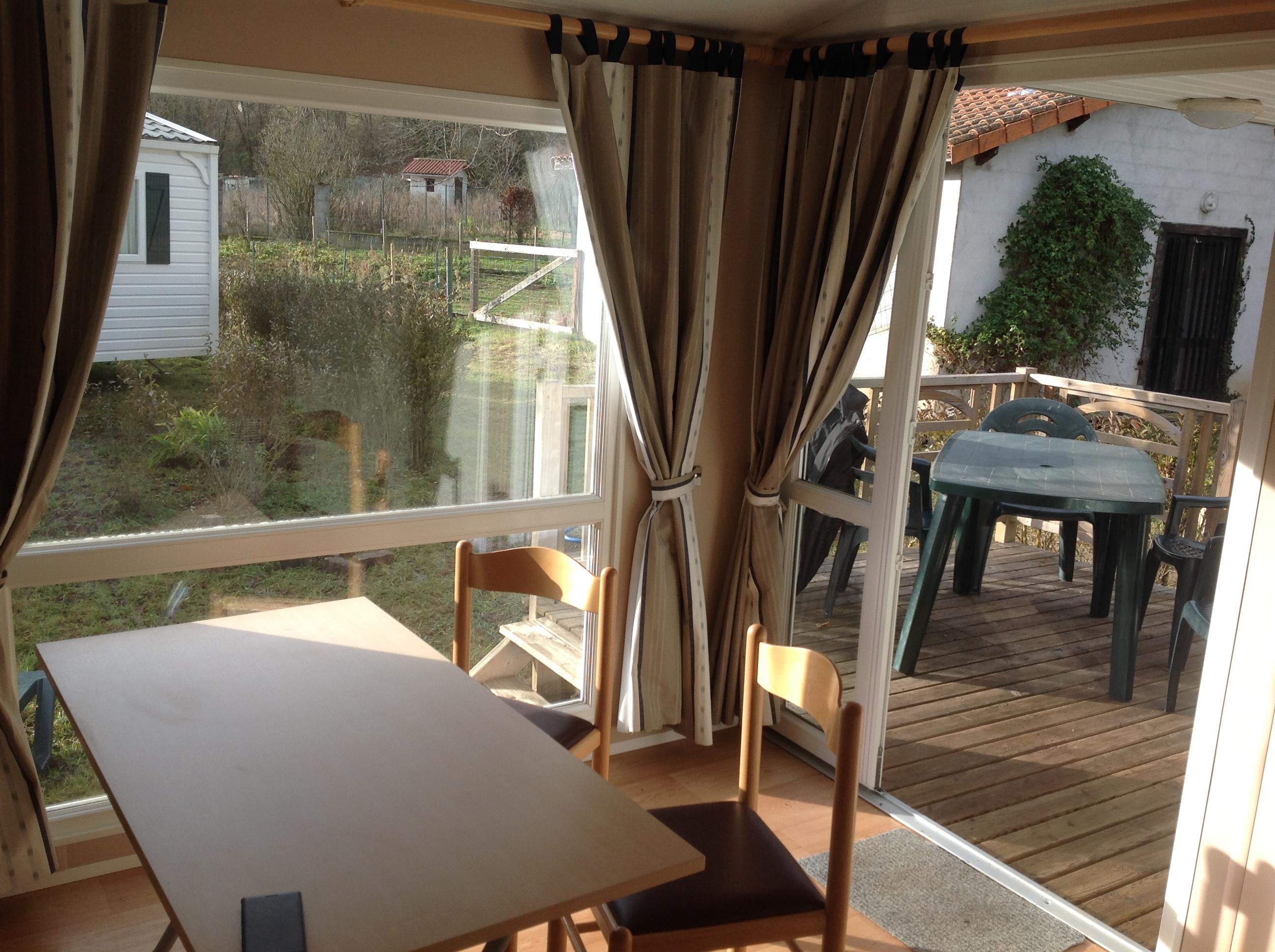 Séjour avec baie vitrée, terrasse semi couverte